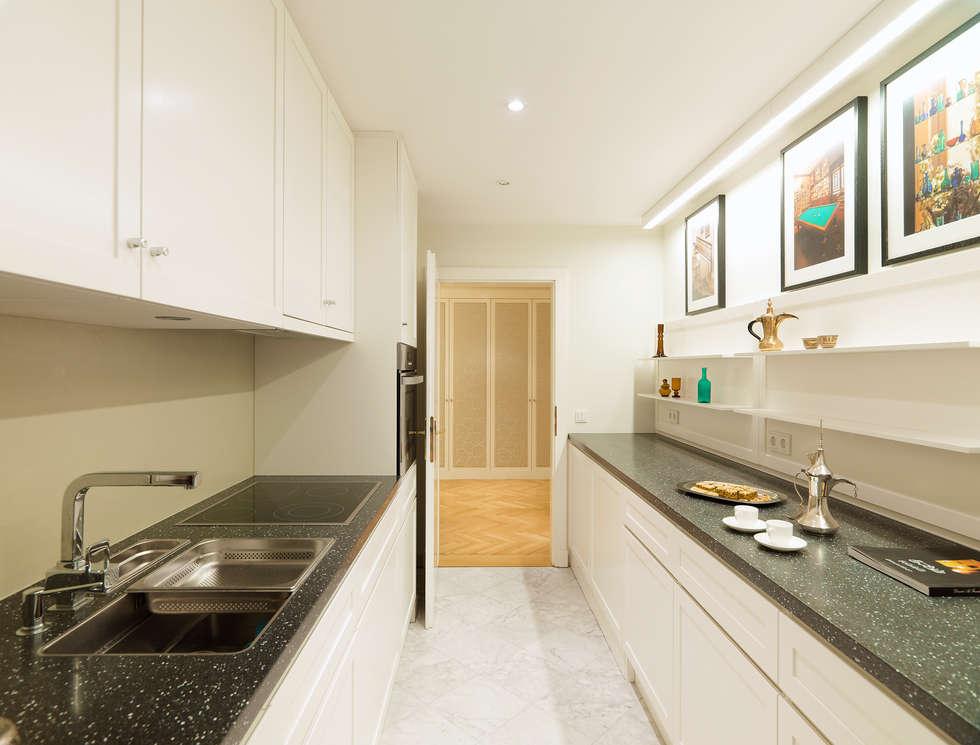 Küche  Appartment: ausgefallene Küche von Elke Altenberger Interior Design & Consulting