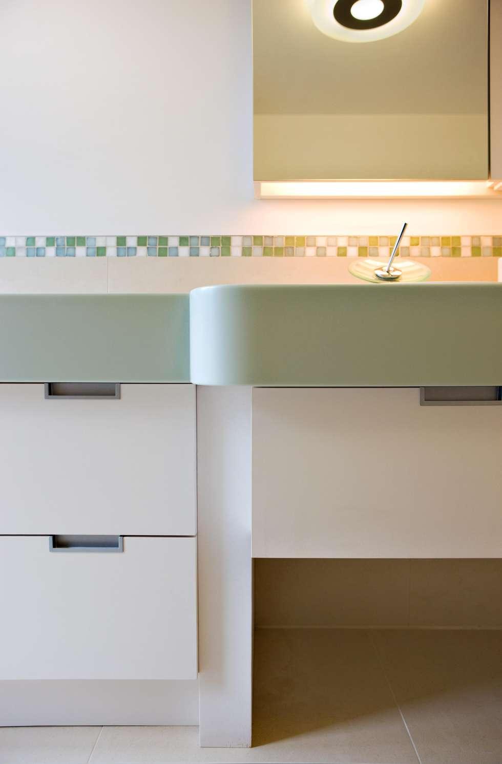 Wohnhaus in Holzkirchen bei München: moderne Badezimmer von PLANUNG-RAUM-DESIGN Anne Batisweiler