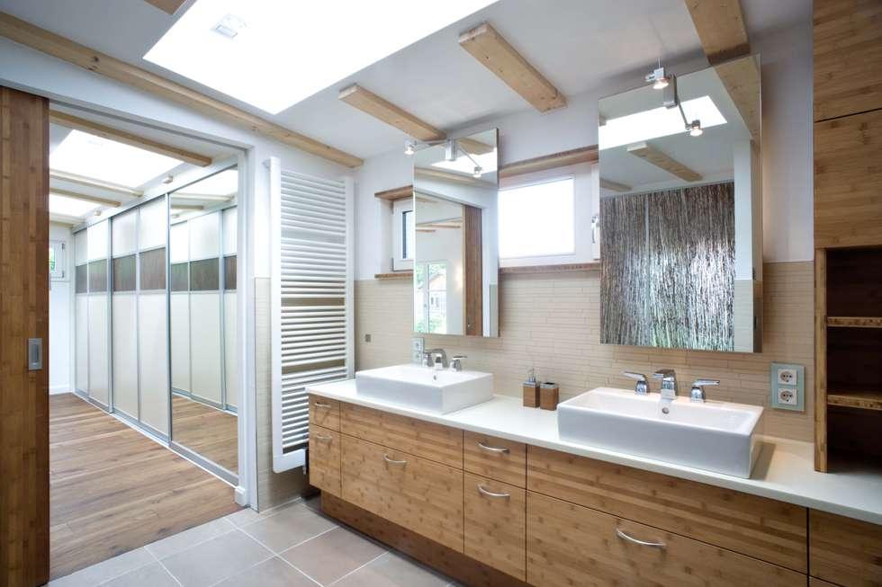 Wohnhaus In Holzkirchen Bei München: Moderne Badezimmer Von PLANUNG RAUM  DESIGN Anne Batisweiler