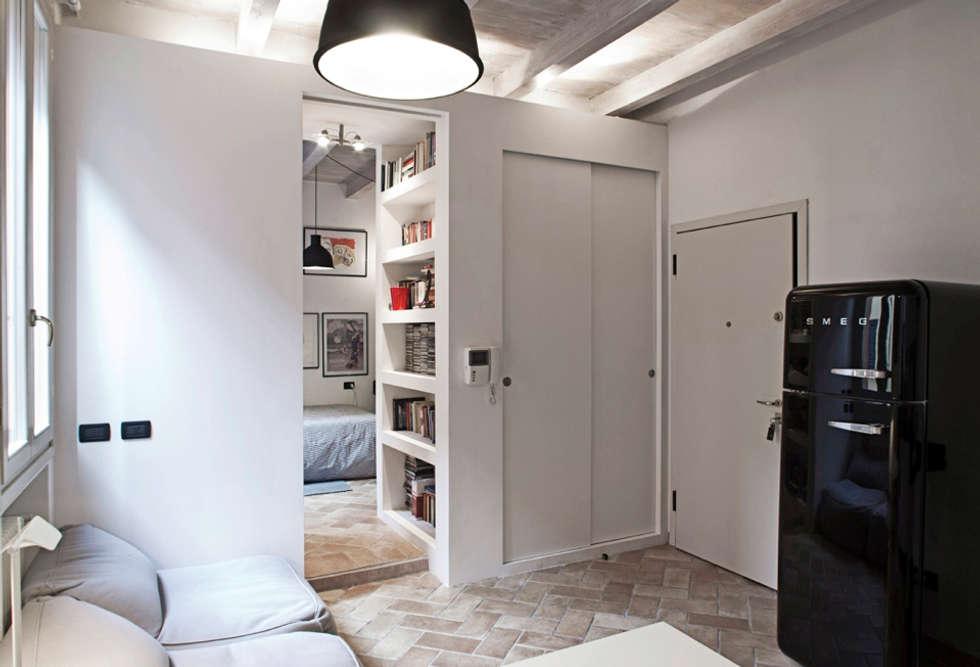 Salas de estar modernas por MIROarchitetti