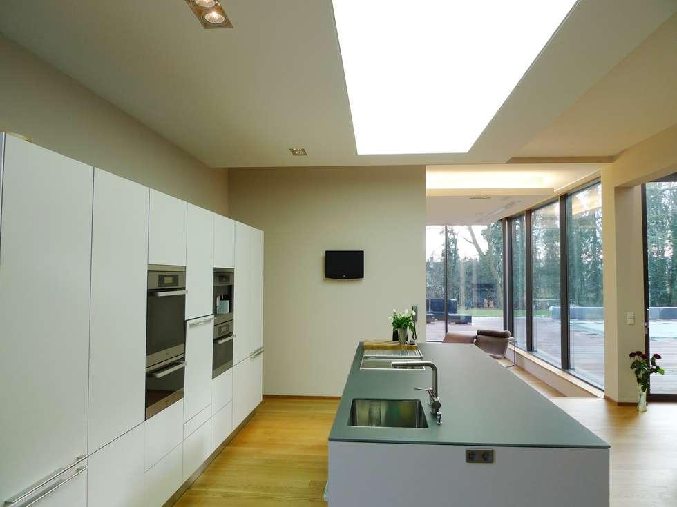 Villa in Saarbrücken : moderne Küche von Bolz Licht & Design GmbH
