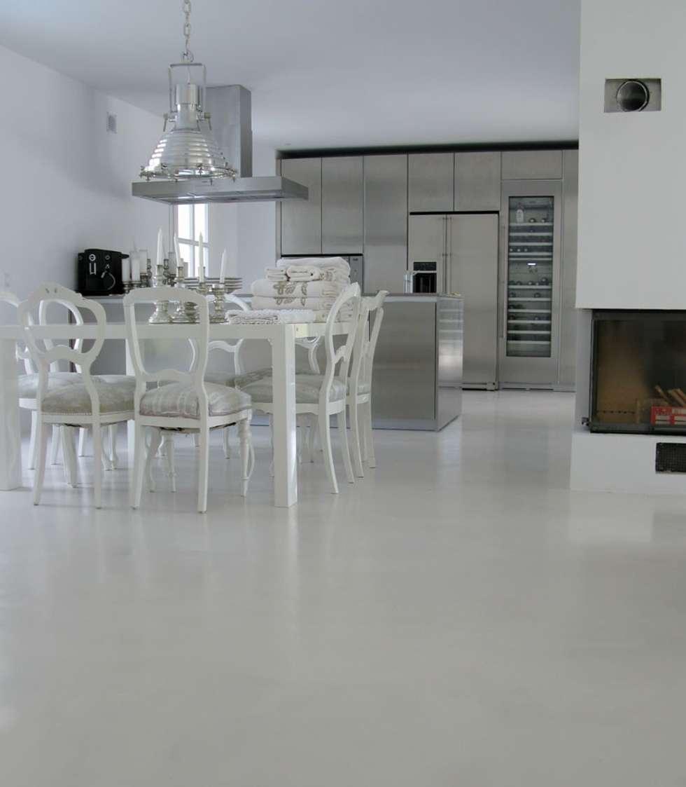 fugenloser Fußboden: moderne Esszimmer von Savamea  |  edel - mineralisch - fugenlos