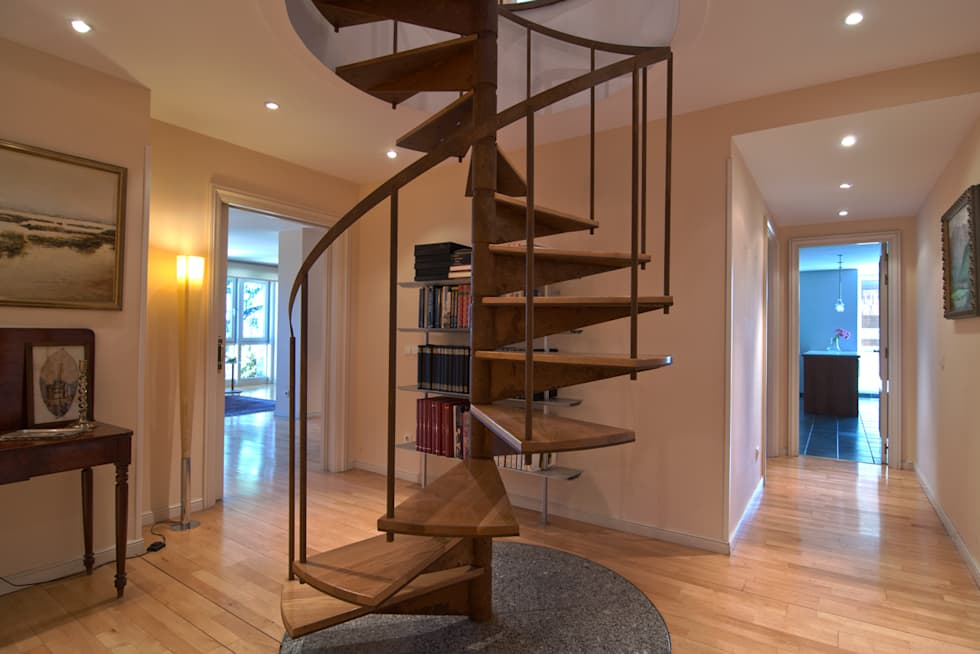 Protagonista la escalera.: Pasillos y vestíbulos de estilo  de Apersonal