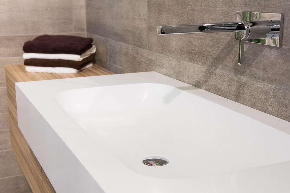 Wandarmatur für Waschtisch Mineralwerkstoff: moderne Badezimmer von Klocke Möbelwerkstätte GmbH