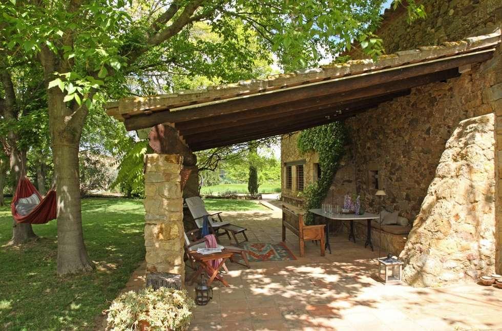 Iluminaci n exterior casa r stica con piscina jardines de for Jardines de casas rusticas