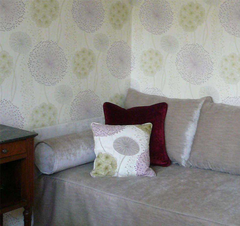 Elégant canapé sur mesure: Chambre de style  par Delphine Gaillard Decoration