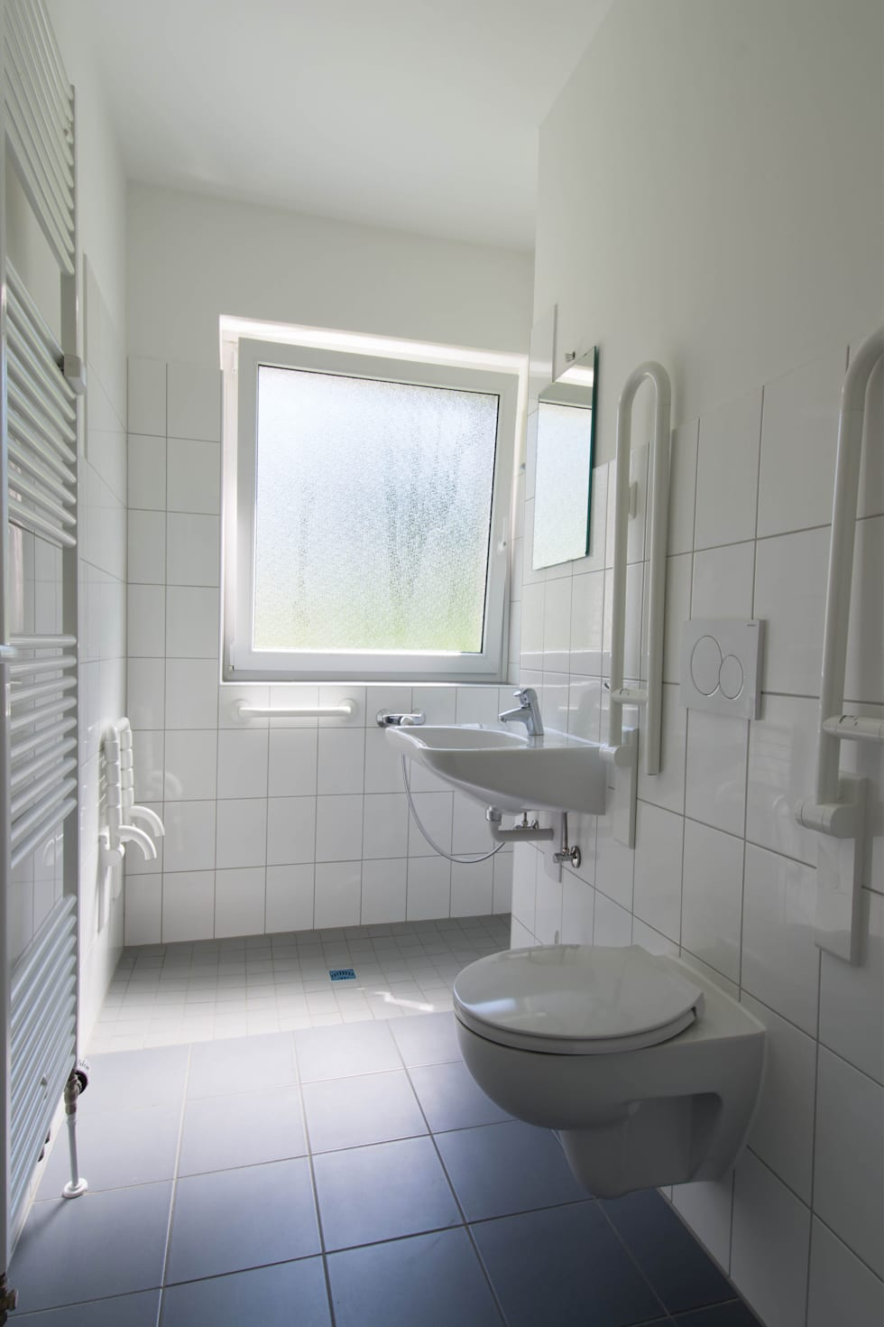 Badezimmer vorher: moderne Badezimmer von Luna Homestaging