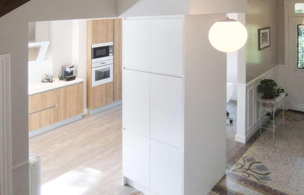 Cuisine semi-ouverte: Maisons de style de style Moderne par HOME feeling