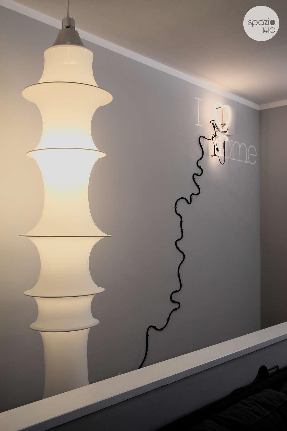 La parete delle scale: Soggiorno in stile in stile Moderno di Spazio 14 10 di Stella Passerini