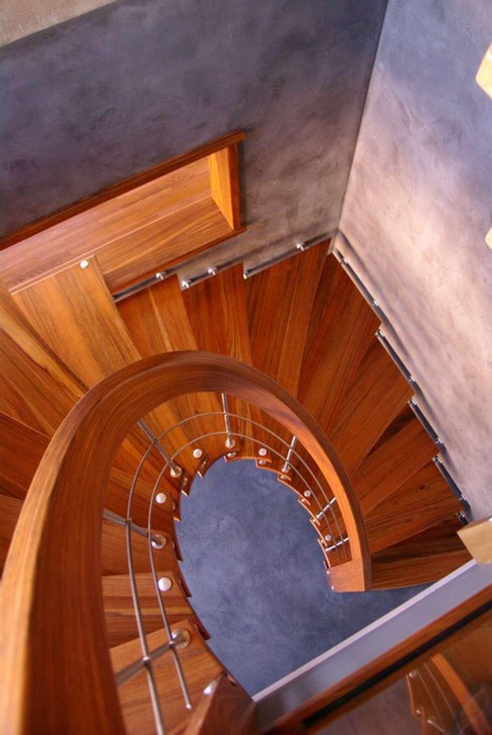Escalier suspendu débillardé: Couloir et hall d'entrée de style  par ASCENSO