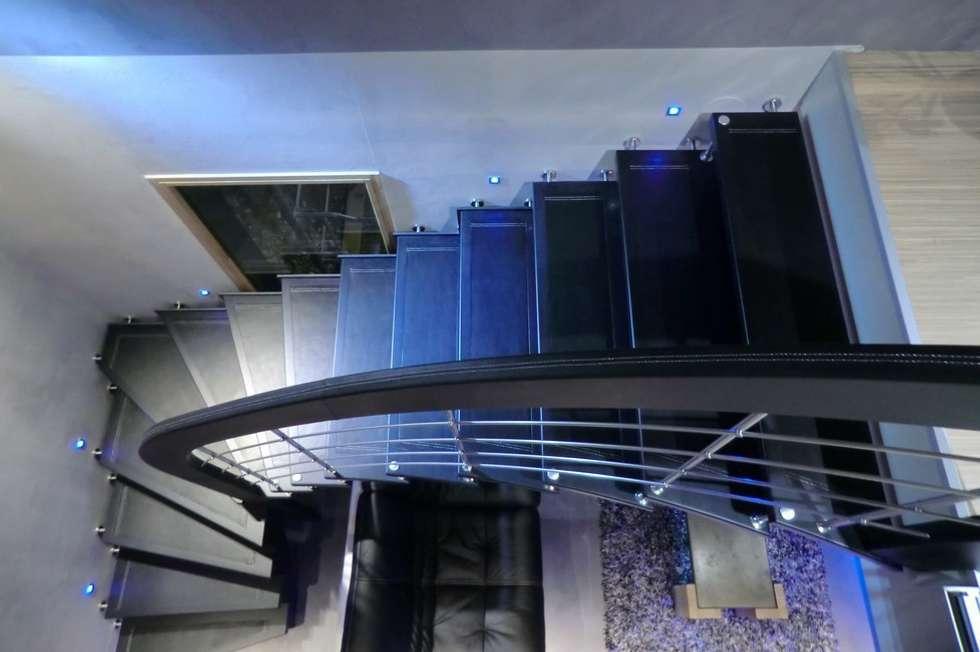Escalier avec marches et main courante cuir: Couloir et hall d'entrée de style  par ASCENSO