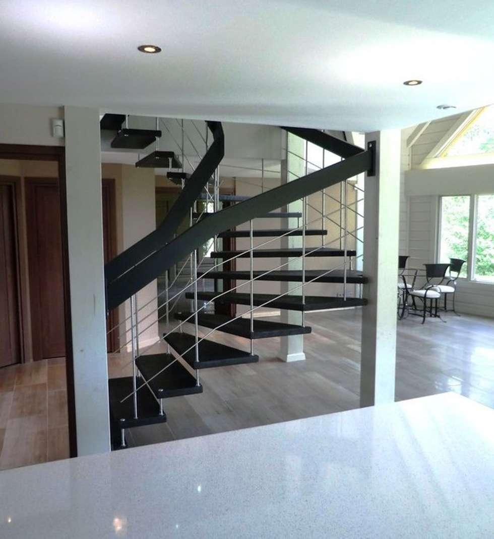 Escalier épuré: Couloir et hall d'entrée de style  par ASCENSO