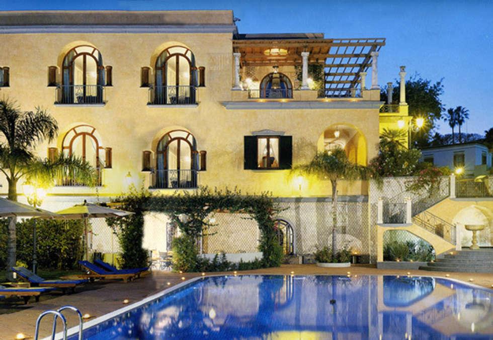Corpo principale della villa: Case in stile in stile Mediterraneo di Venezia Tre