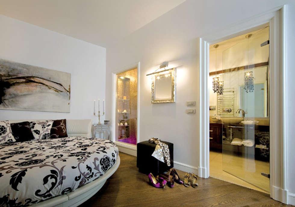 Camera da letto: Case in stile in stile Moderno di Venezia Tre