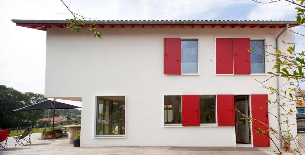 MAISON PASSIVE - ARCANGUES - PAYS BASQUE: Maisons de style de style Moderne par POLY RYTHMIC ARCHITECTURE