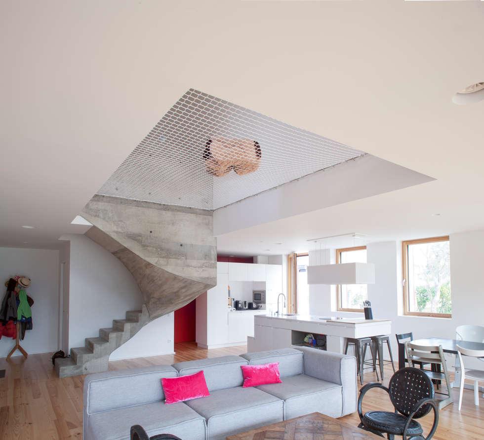 MAISON PASSIVE - ARCANGUES - PAYS BASQUE: Salon de style de style Moderne par POLY RYTHMIC ARCHITECTURE