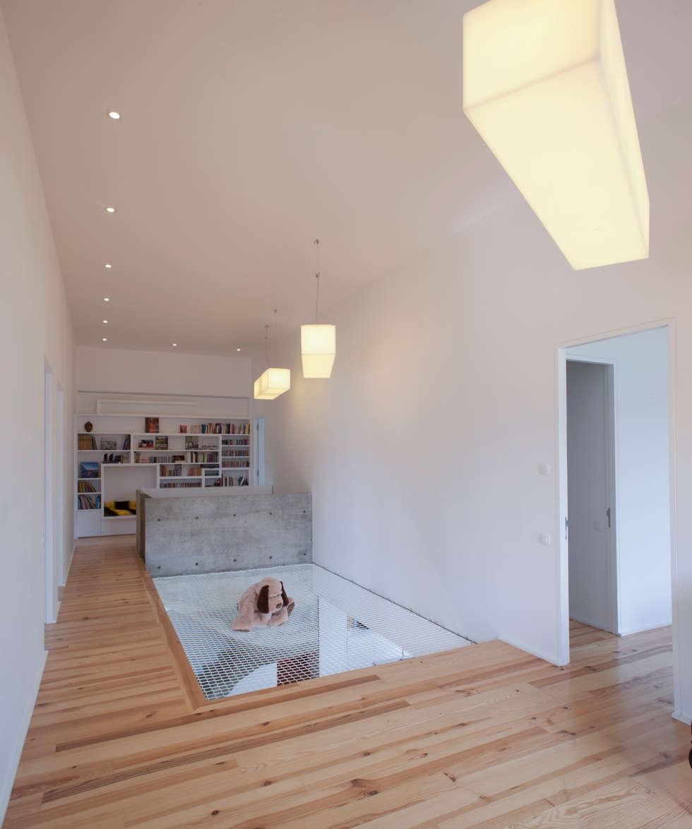 MAISON PASSIVE - ARCANGUES - PAYS BASQUE: Salle multimédia de style  par POLY RYTHMIC ARCHITECTURE