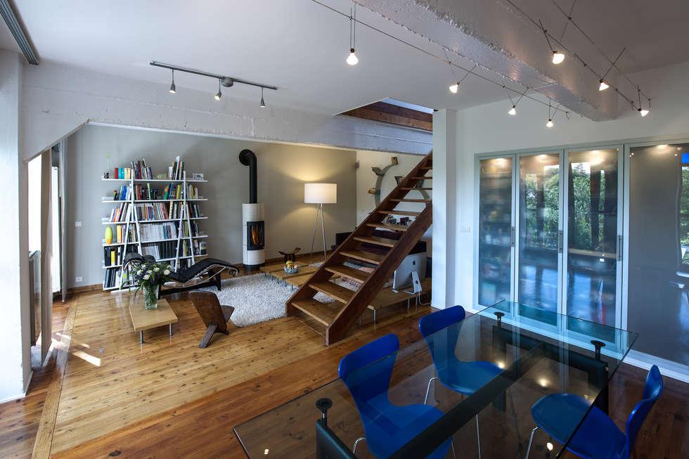 Salle à manger ouverte sur le salon: Salon de style de style Moderne par Fables de murs