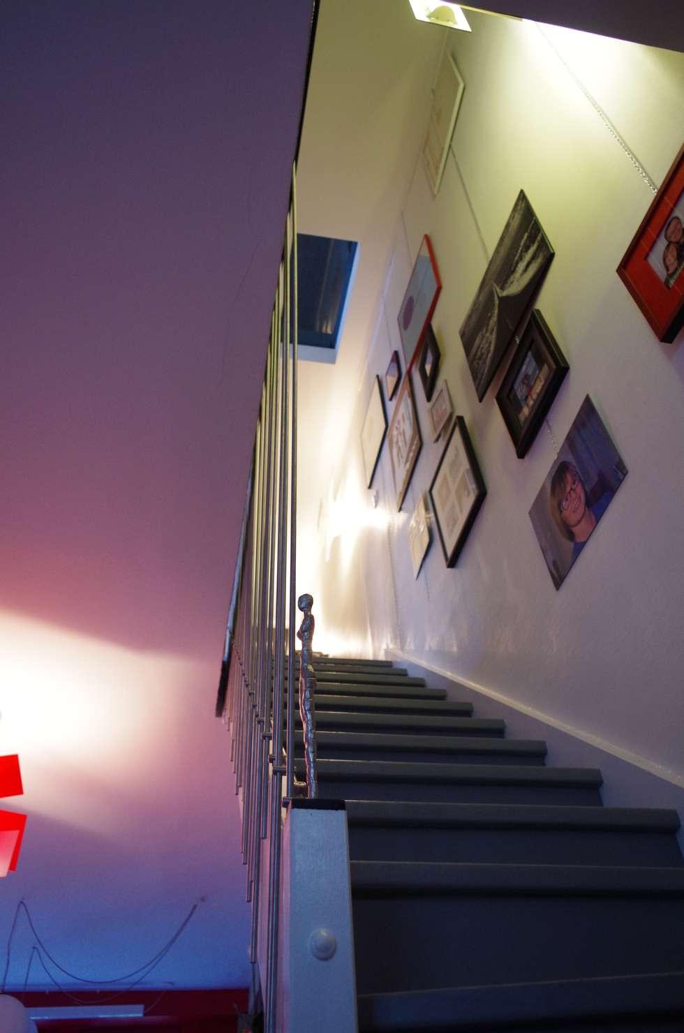 Une montée d'escalier vers les cieux: Couloir et hall d'entrée de style  par Christèle BRIER Architechniques