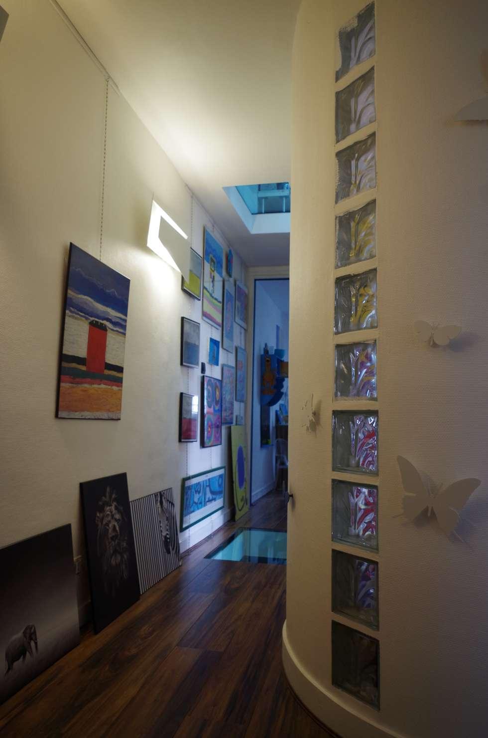 Les distributions: Couloir et hall d'entrée de style  par Christèle BRIER Architechniques