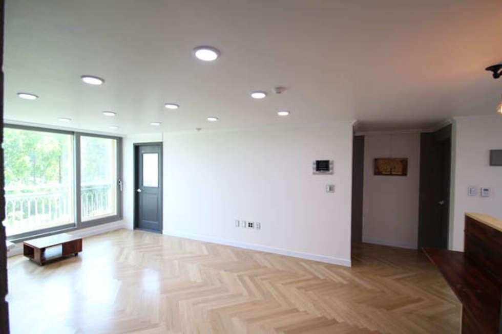 24평 아파트 거실 내부 인테리어: STORY ON INTERIOR의  거실