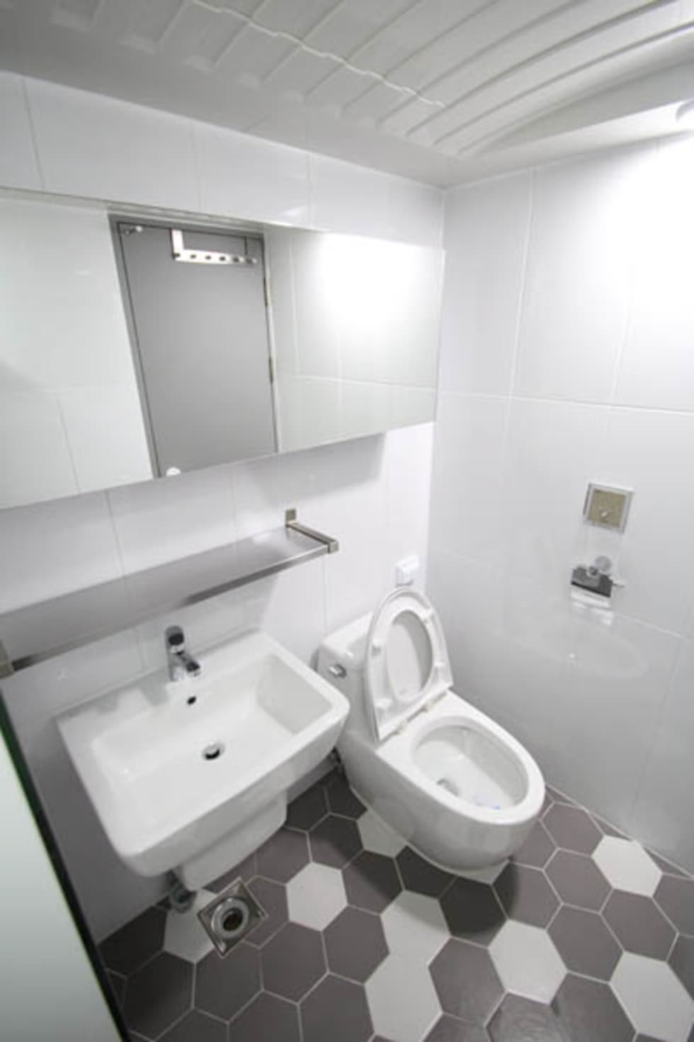 부부욕실 내부 인테리어: STORY ON INTERIOR의  화장실