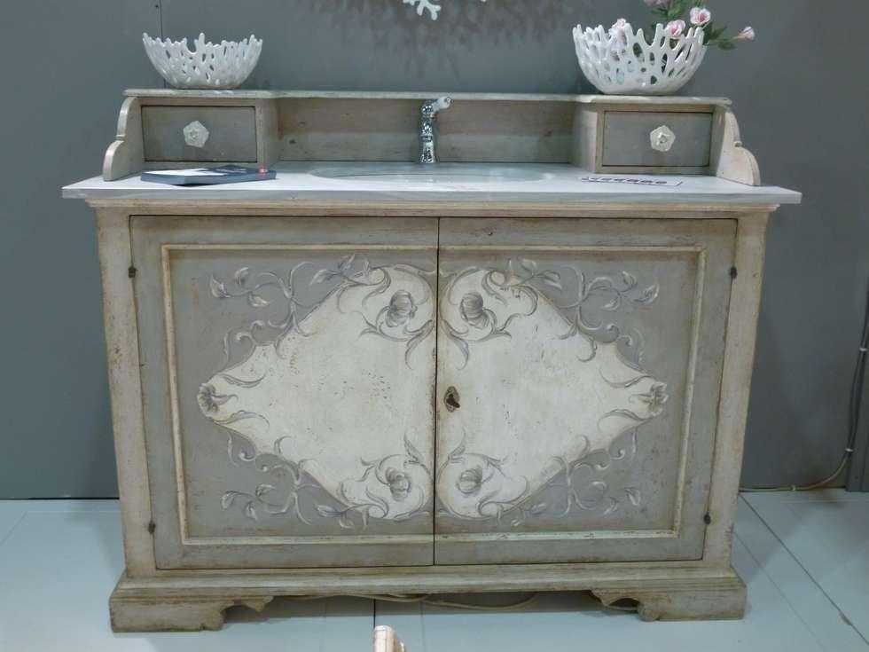 Il grigio è sempre di moda...: Bagno in stile in stile Mediterraneo di LA BOTTEGA DEL FALEGNAME