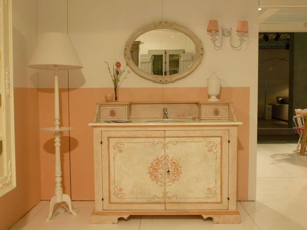 Per i più romantici... : Bagno in stile in stile Mediterraneo di LA BOTTEGA DEL FALEGNAME