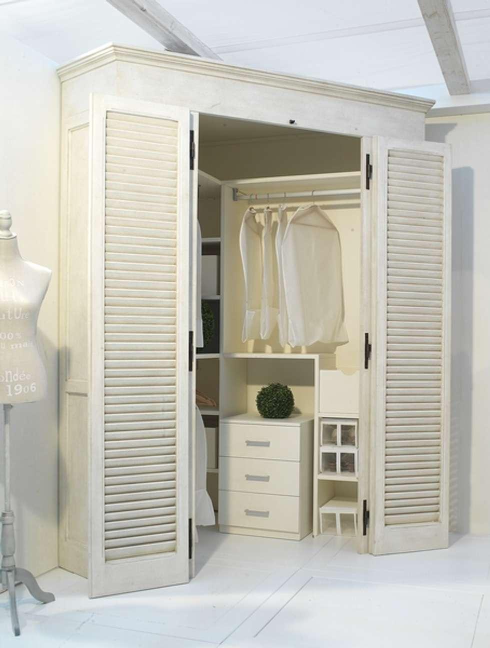 Come sfruttare un angolo...: Camera da letto in stile in stile Mediterraneo di LA BOTTEGA DEL FALEGNAME