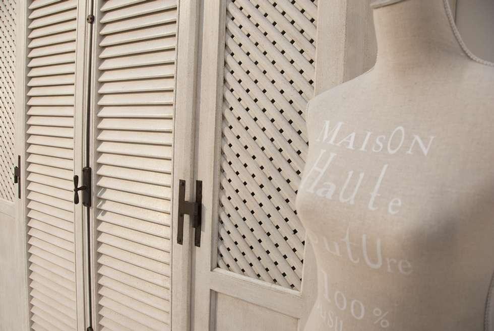 Particolare parete forata...: Camera da letto in stile in stile Mediterraneo di LA BOTTEGA DEL FALEGNAME