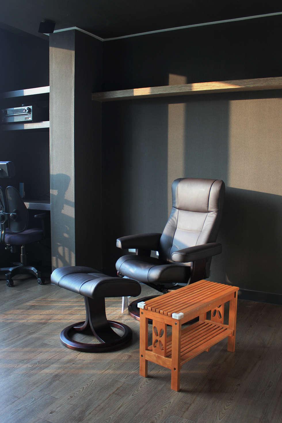 어두운 톤의 AV Room: dip chroma의  방