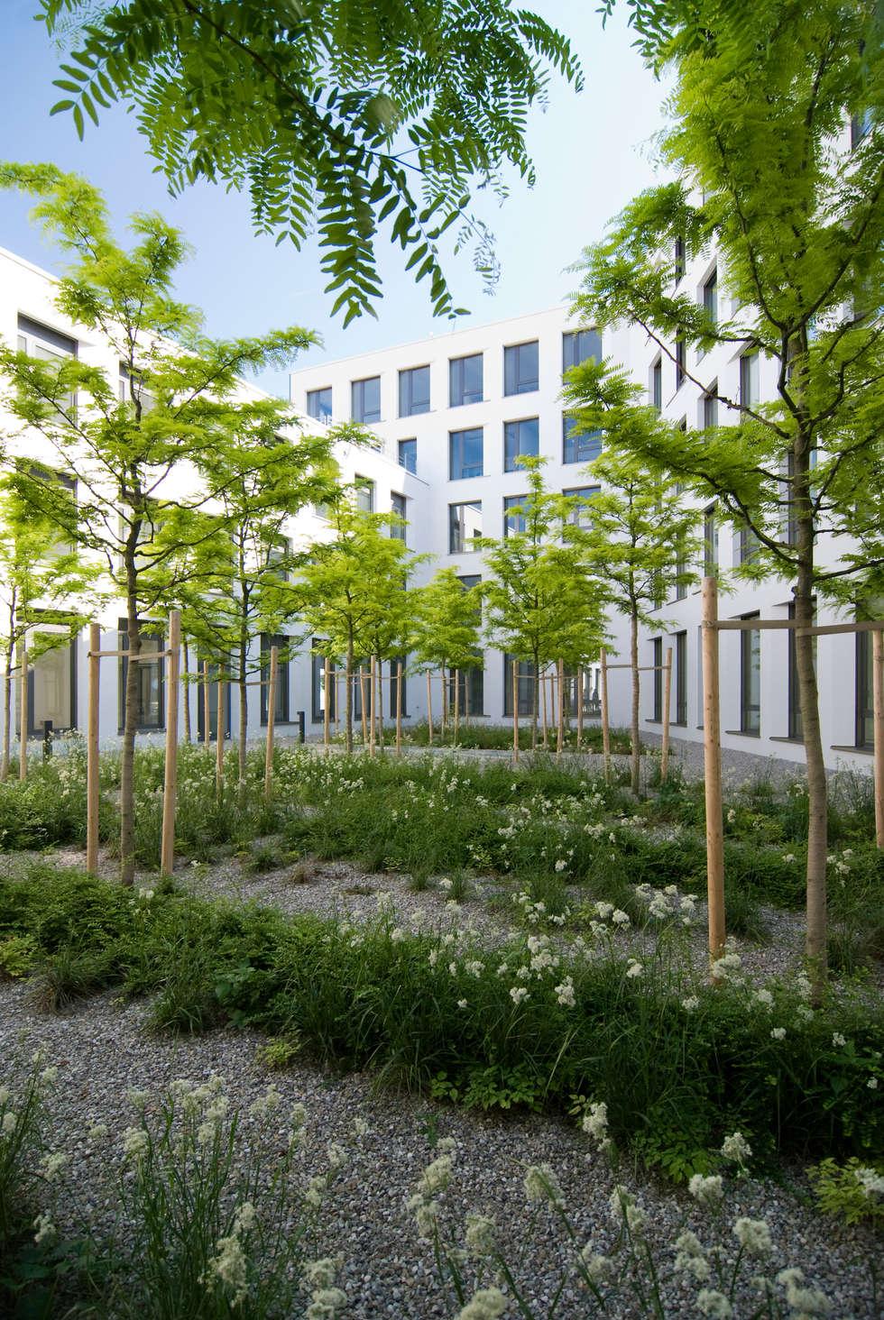 Grüner Hof: moderner Garten von grabner huber lipp landschaftsarchitekten partnerschaft