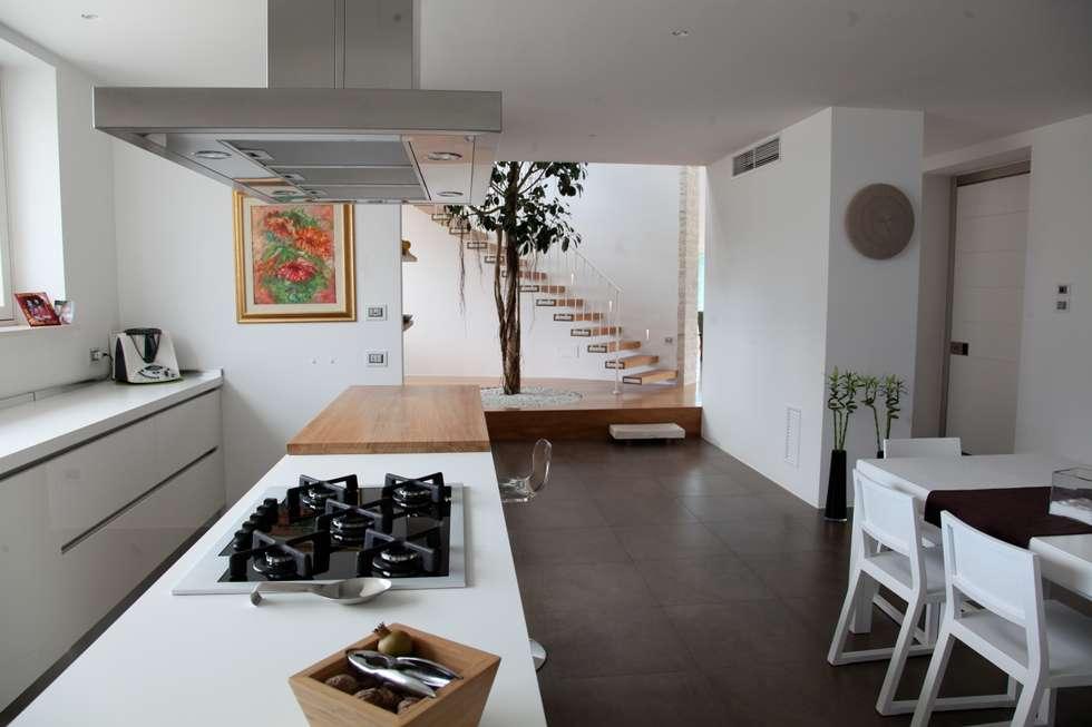 la zona pranzo: Cucina in stile in stile Mediterraneo di m12 architettura design