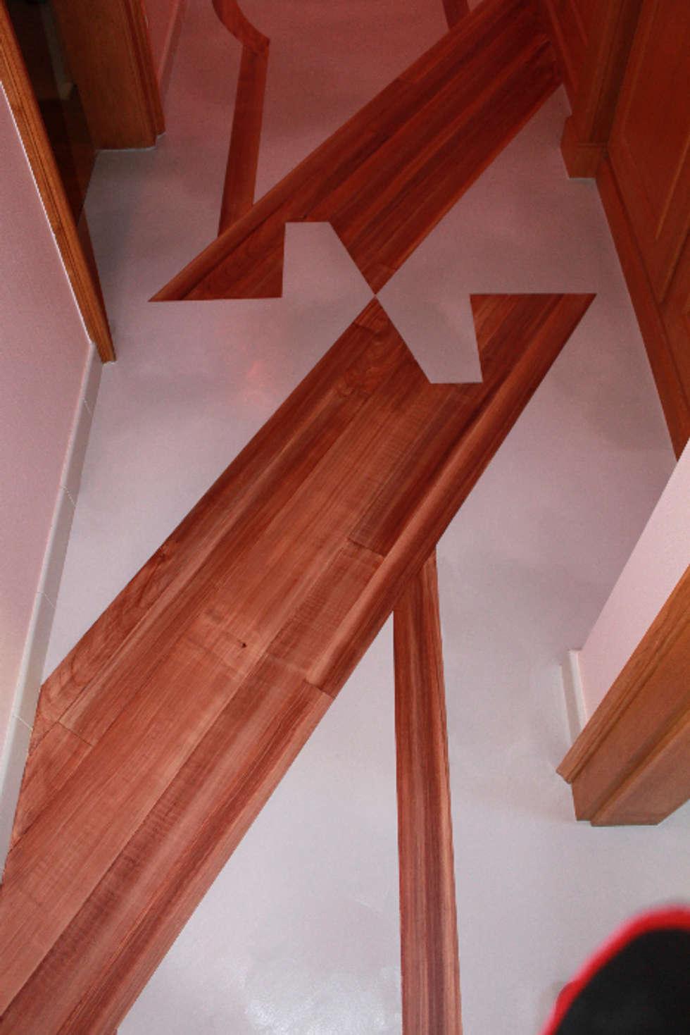 Détail décoration peinte sur sol: Couloir et hall d'entrée de style  par THIERRY HERR