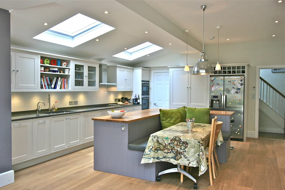 Richmond Kitchen: classic Kitchen by Laura Gompertz Interiors Ltd