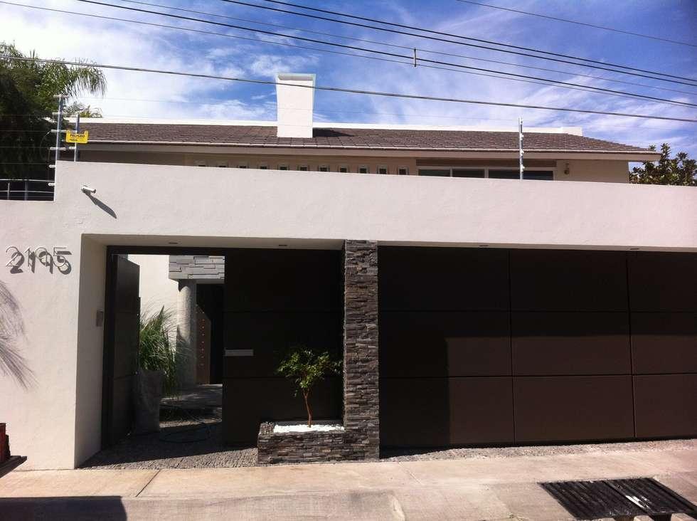 FACHADA: Casas de estilo minimalista por GHT EcoArquitectos