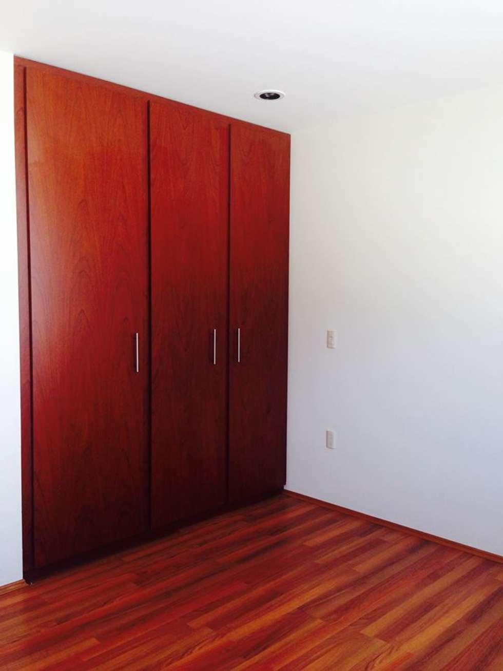 Málaga 01: Vestidores y closets de estilo mediterraneo por disain arquitectos