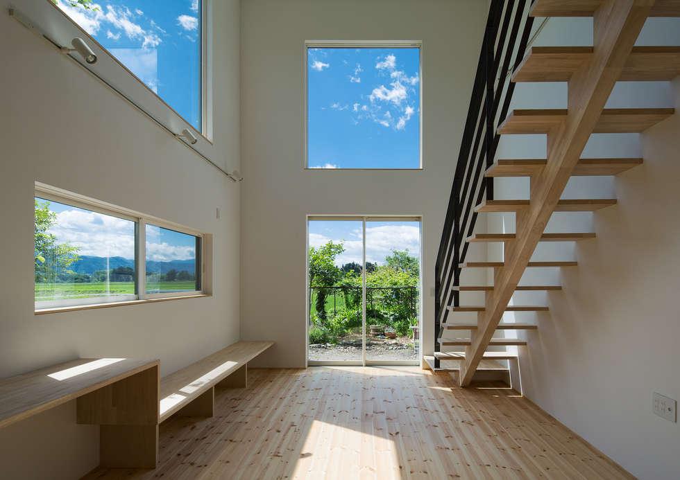 居間吹抜: 株式会社 mA建築計画工房が手掛けたリビングです。
