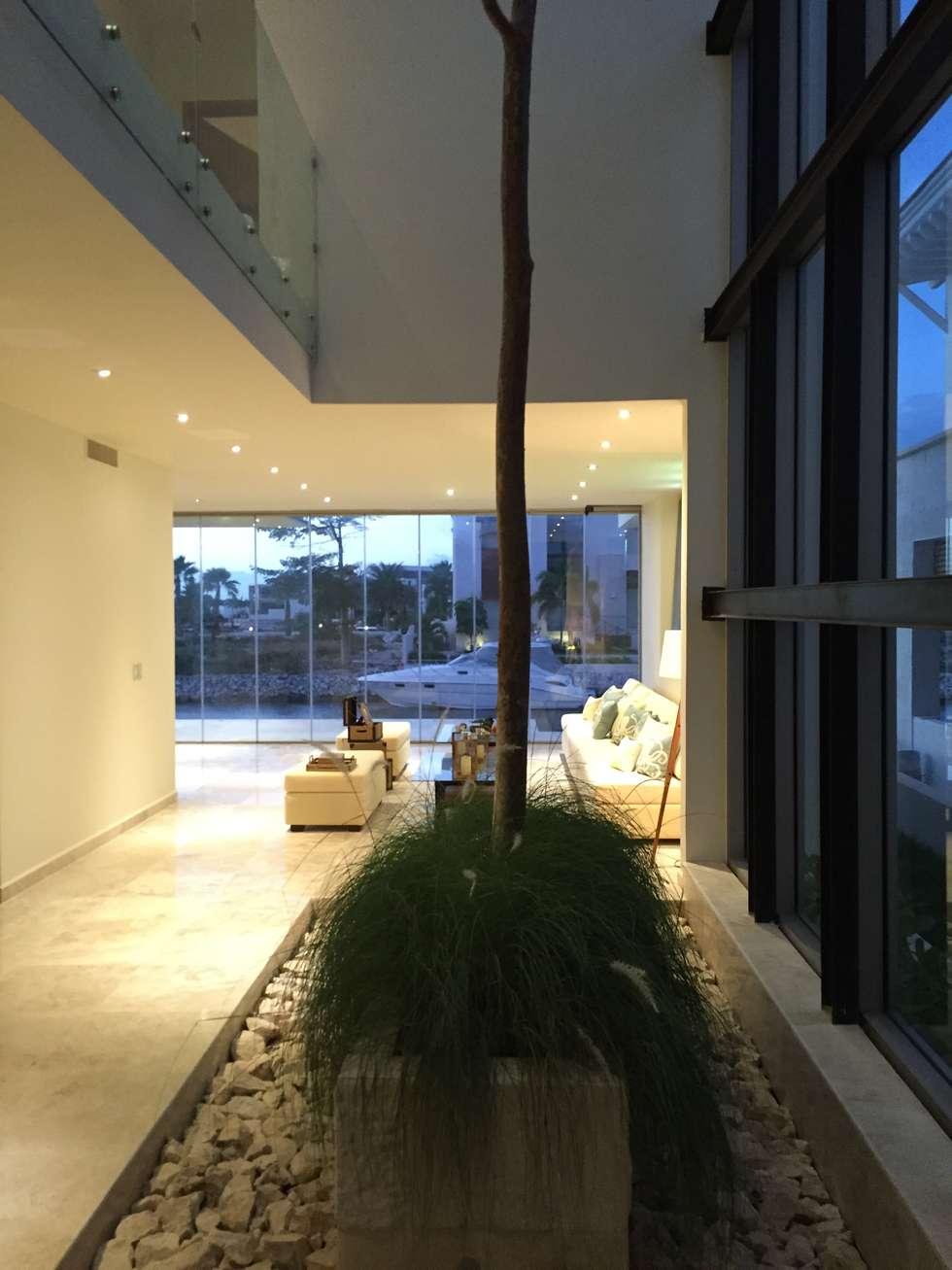 Entorno de transición a áreas comunes. : Jardines de invierno de estilo minimalista por Vortex Arquitectos