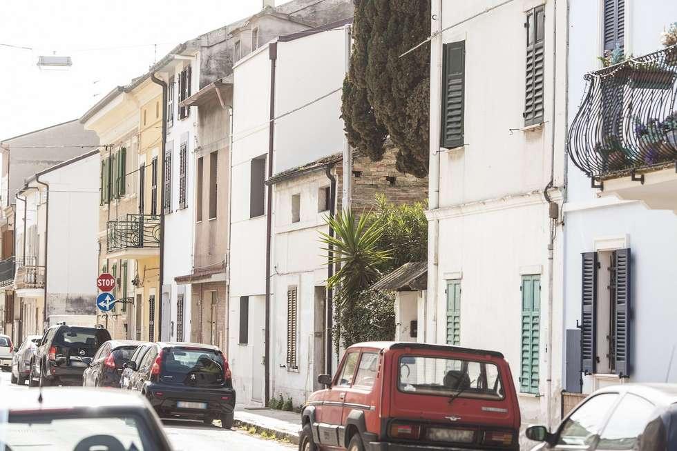 FACCIATA PRINCIPALE: Case in stile in stile Moderno di Andrea Stortoni Architetto