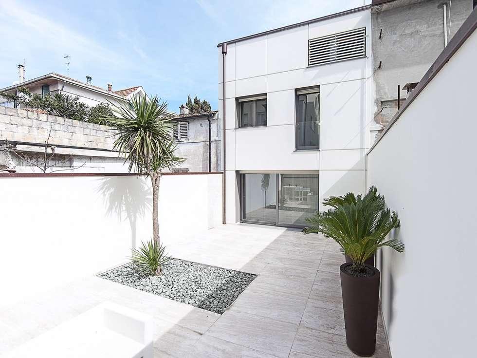 FACCIATA SU CORTE INTERNA: Case in stile in stile Moderno di Andrea Stortoni Architetto