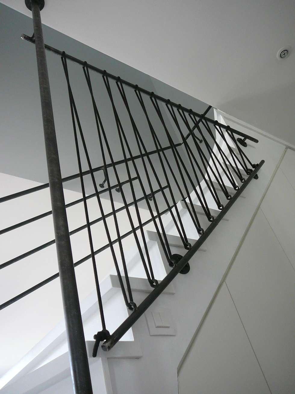 Photos de couloir entr e escaliers de style de style eclectique cr a - Escalier milieu de piece ...
