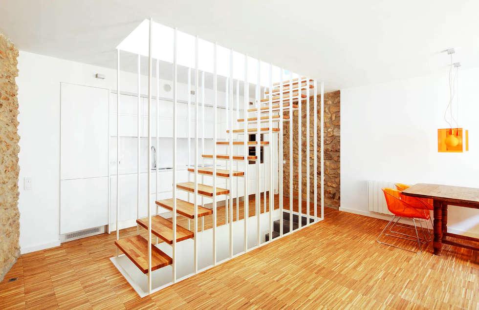 modern Corridor, hallway & stairs by M2ARQUITECTURA