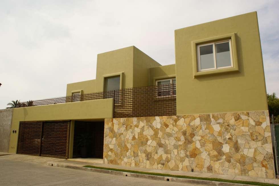 Casa K: Casas de estilo minimalista por arqflores / architect