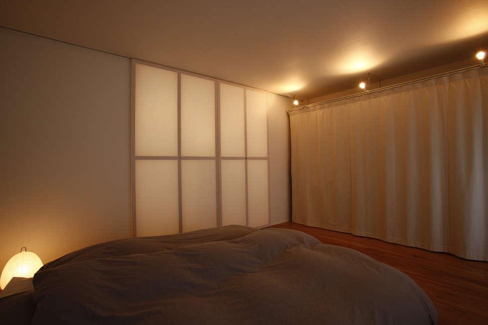 都島のマンションリフォーム: ニュートラル建築設計事務所が手掛けた寝室です。