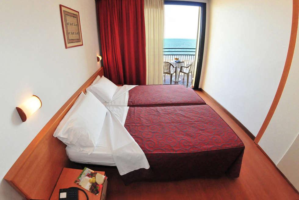 camera_vista fronte mare: Hotel in stile  di Paola Veronese Architetto
