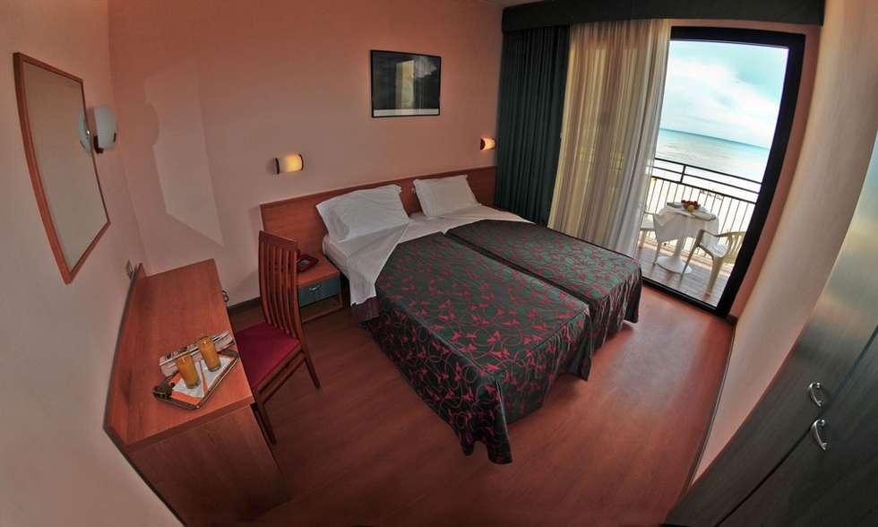 vista dalla camera fronte mare: Hotel in stile  di Paola Veronese Architetto