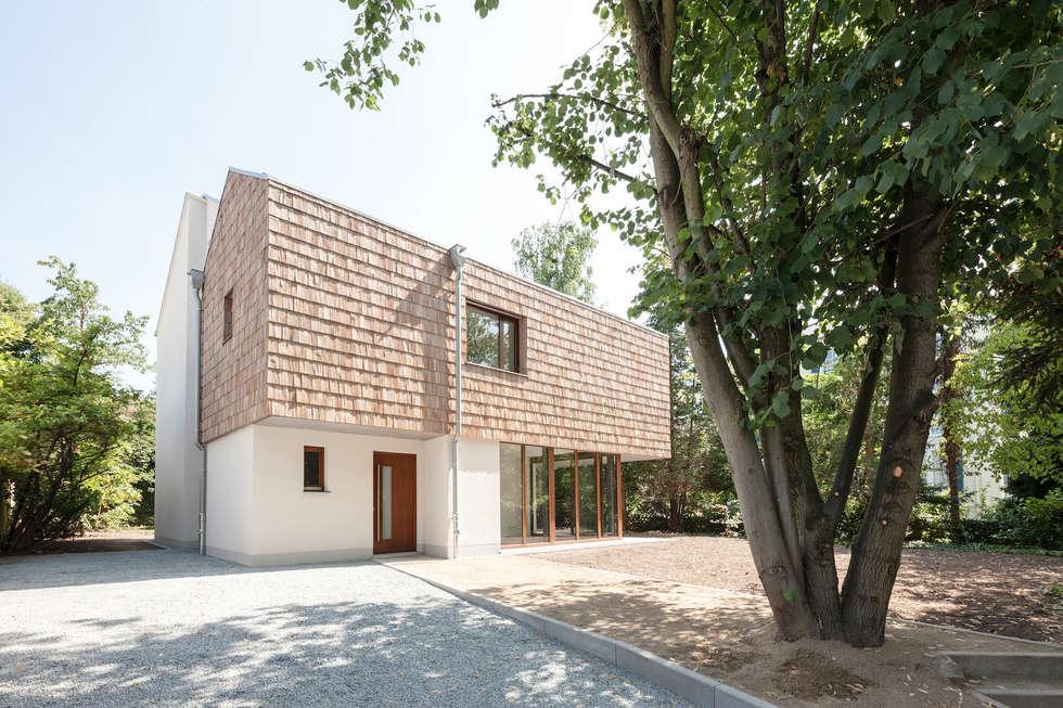 Blick auf das Gebäude vom Eingang aus: moderne Häuser von in_design architektur