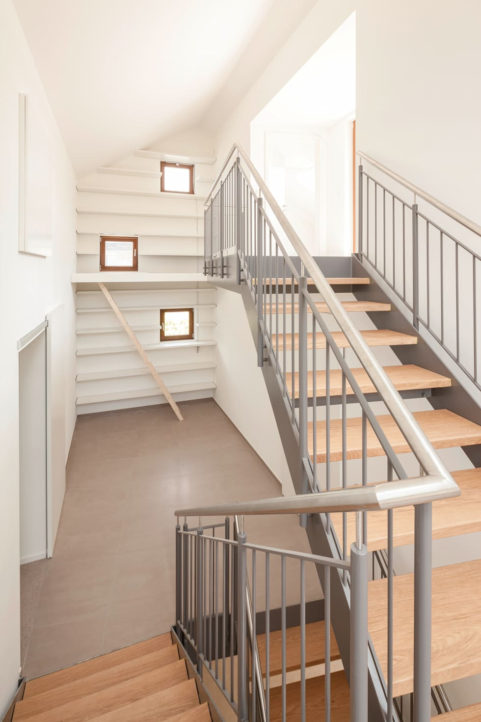 Die Bibliothek des Bauherrn:  Flur & Diele von in_design architektur