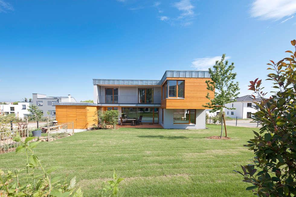 Süd-Ansicht zum Garten : moderne Häuser von in_design architektur